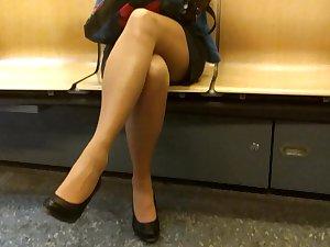 metrobabe cross legs on phone