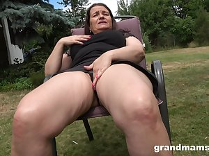 Thick-thighed Euro granny fucking her wet pussy all over her favorite toy