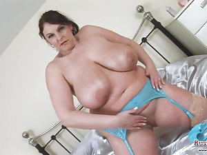 Carol Impenetrable is a BBW with a beefy breasts !