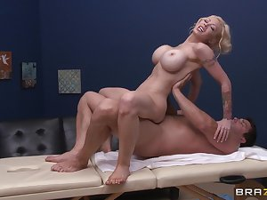 Oiled connected with massage leads at hand passionate lovemaking with MILF Candy Manson